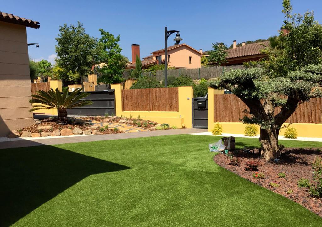 Jardin con cesped artificial jpg jardin de cesped for Jardines cesped artificial piedras