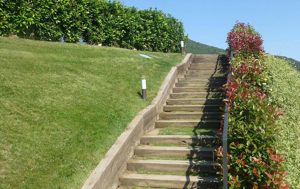 Soluciones para jardines con desniveles muros rocallas y for Soluciones para escaleras