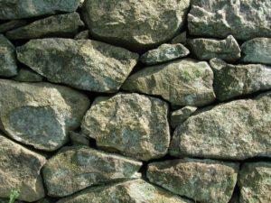 Muro de piedra en jardines con desniveles