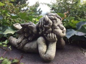 Piedra y poliresina en decoración de un jardín pequeño