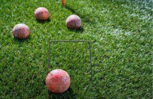 decoración de jardin con cubos y esferas en acero