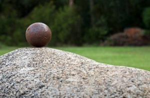 cubos y esferas en acero corten para decorar tu jardín