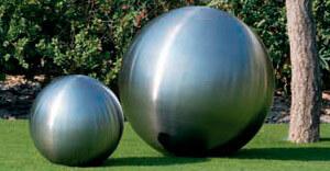 Instalacion de bolas decorativas en el jardín