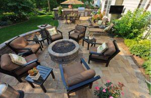 mobiliario a usar en un jardín de bajo mantenimiento