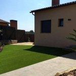 Jardin con cesped artificial y tarima sintética