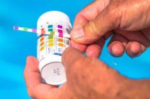 medir el pH para mantenimiento de piscinas